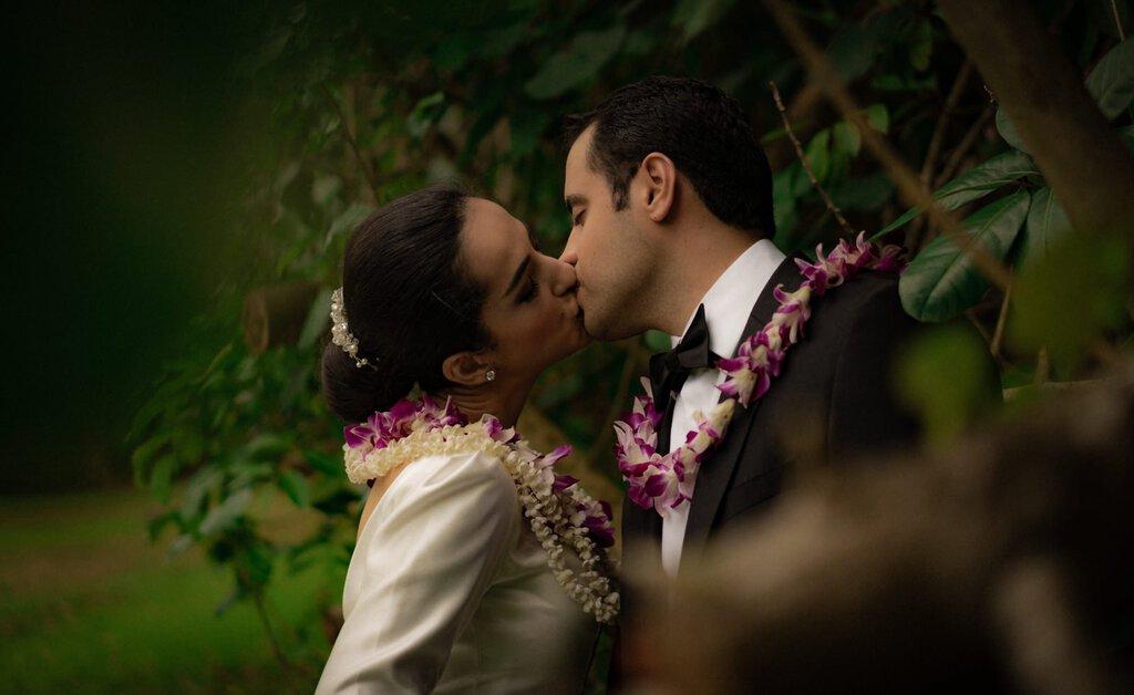 elopement wedding kiss