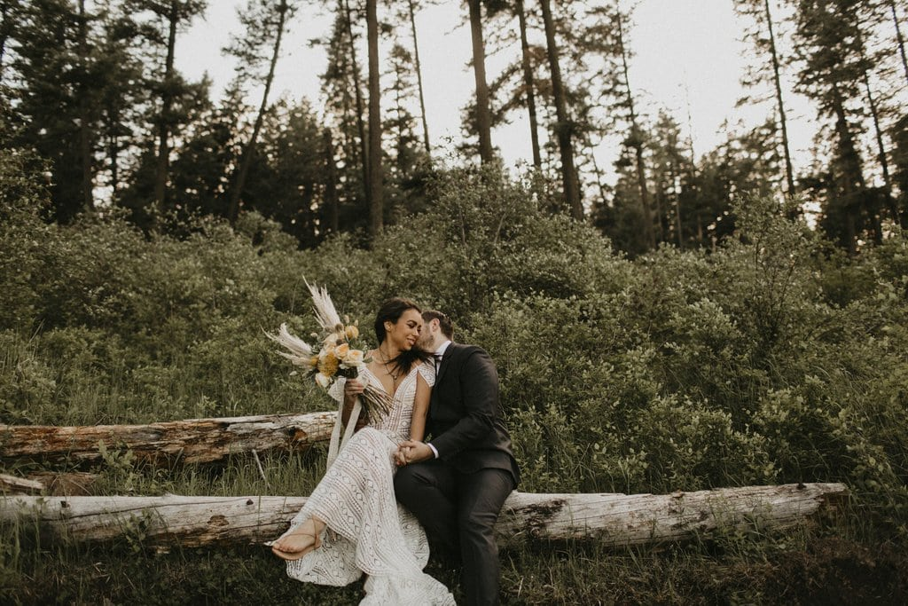 Nature photography of bride and groom.