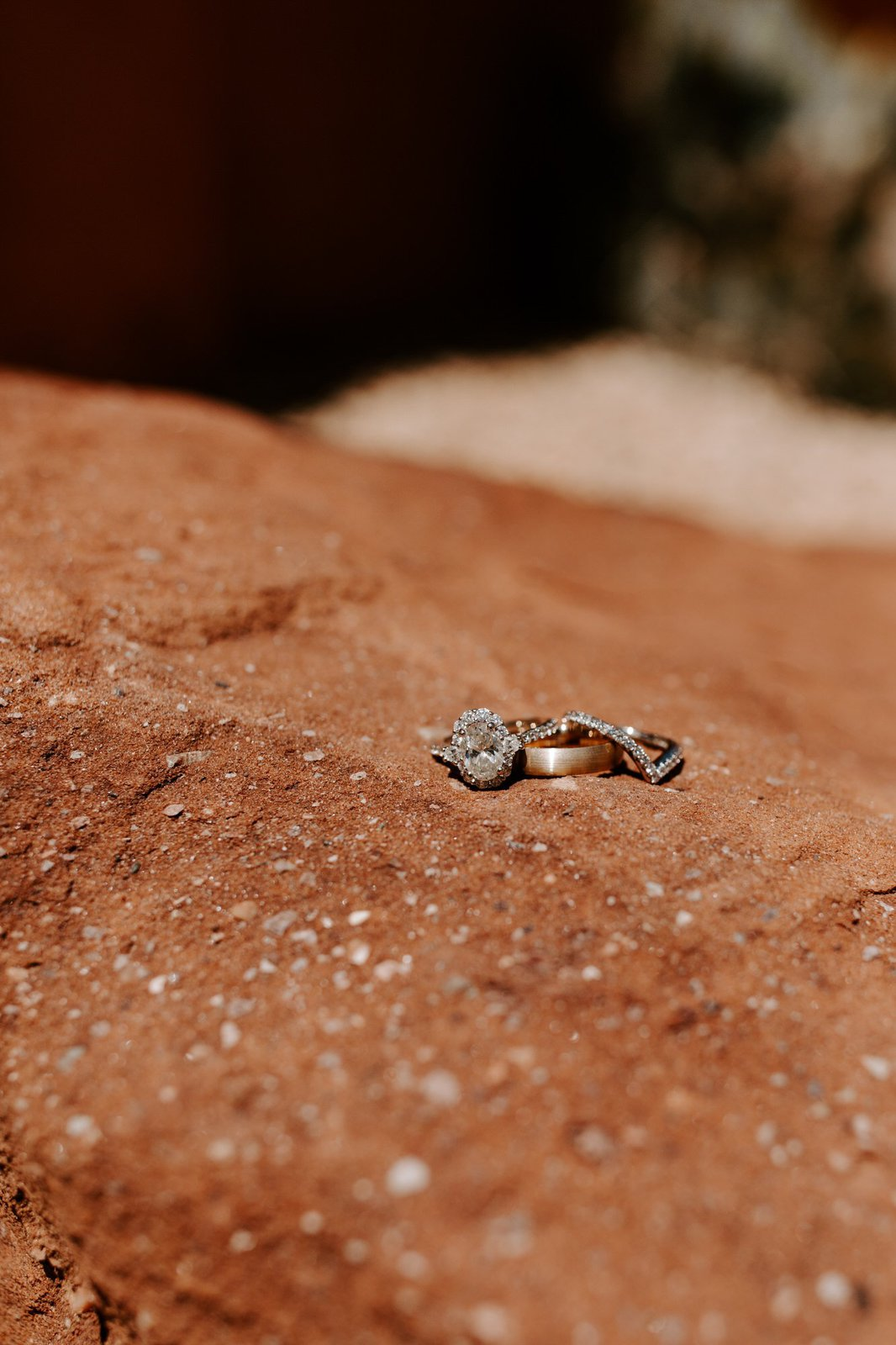 detail photography of wedding rings.