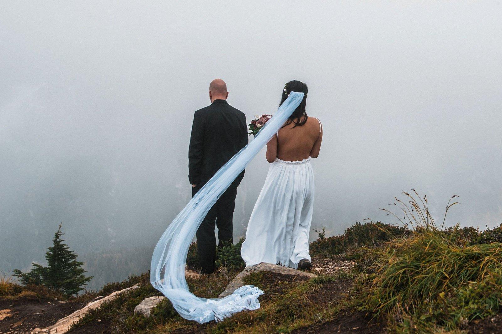 First look on mountain wedding in Washington.