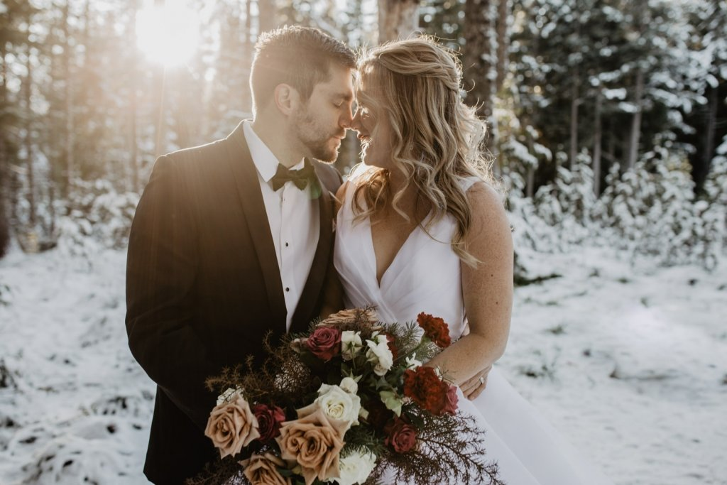 Winter wedding photo ideas with winter bouquet.
