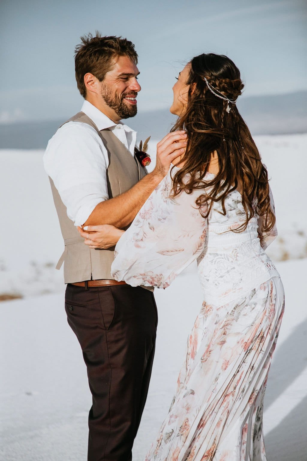 first look in desert elopement.