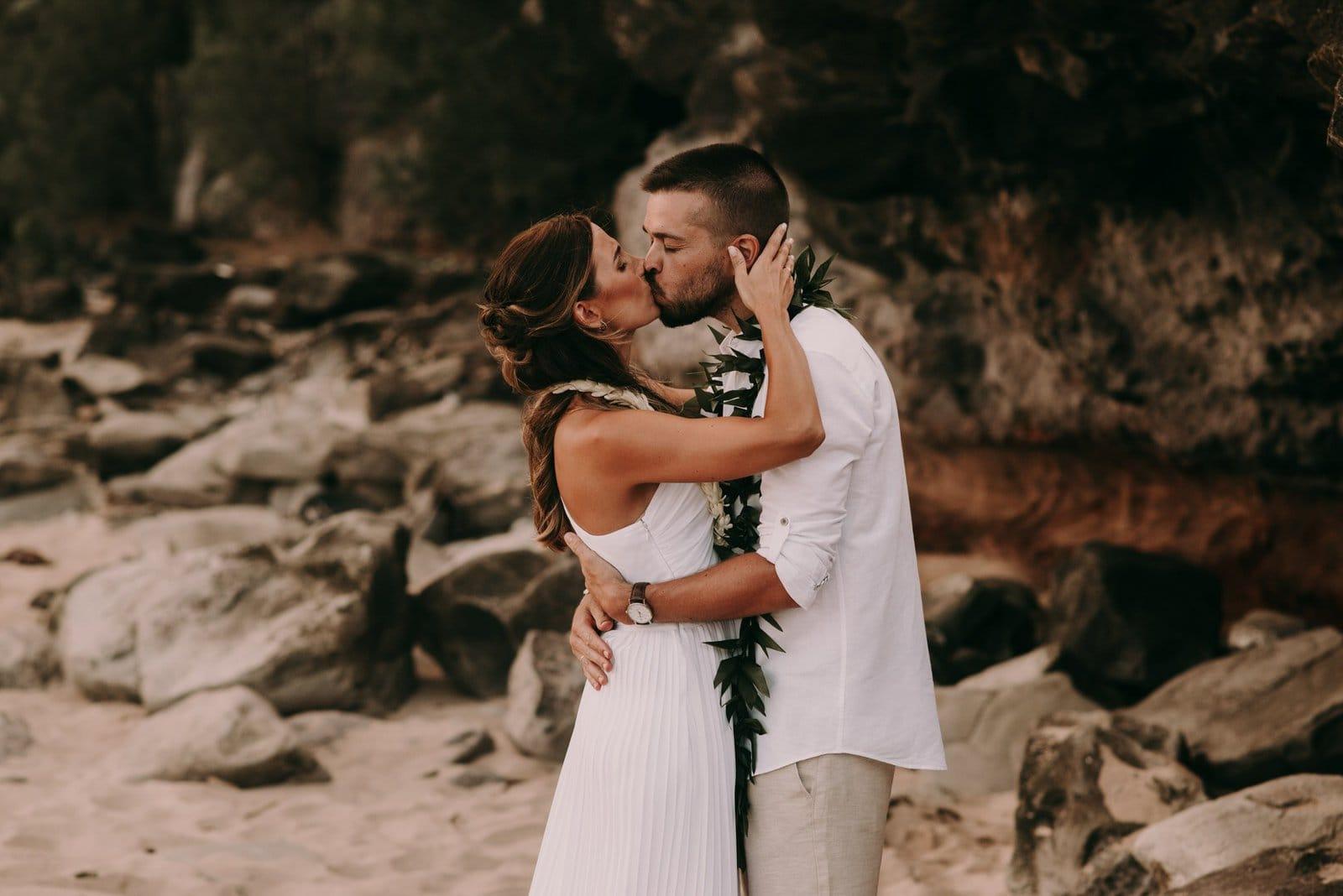 hawaii elopement kiss